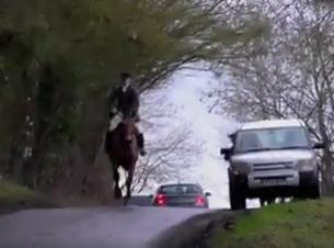 warwichshire-hunt-galloping-on-road-8823